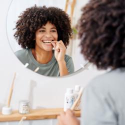 Photo d'une dame qui se brosse les dents avec le dentifrice à croquer Hydrophil