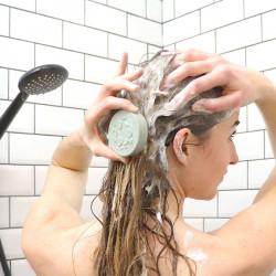 shampoing solide en utilisation